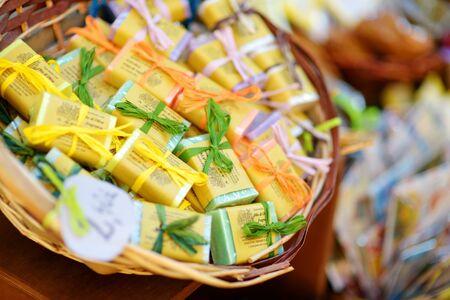 MANAROLA, ITALY - NOVEMBER 18, 2018: Various food, goods and small typical souvenirs sold at small shops at the pedestrian area of Manarola village, Cinque Terre, Liguria. Standard-Bild - 128986451