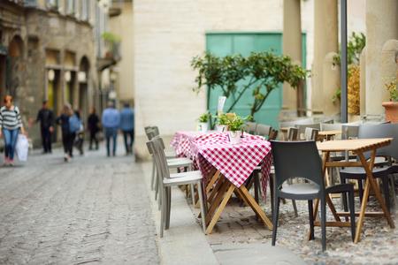 Schön dekorierte kleine Restauranttische im Freien in der Stadt Bergamo, Lombardei, Italien