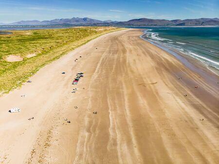 Inch Beach, meravigliosa distesa di sabbia e dune lunga 5 km, famosa per il surf, il nuoto e la pesca, situata nella penisola di Dingle, nella contea di Kerry, in Irlanda.