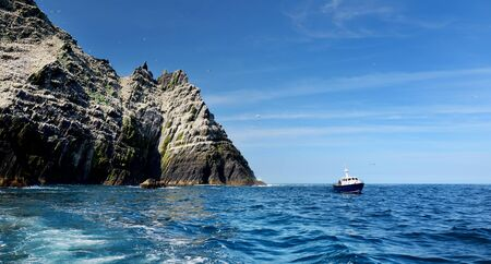 Little Skellig Island, home to many various seabirds and the second largest gannets colony in the world, County Kerry, Ireland. Tourist attractions on famous Irish Ring of Kerry route. Фото со стока - 128291268