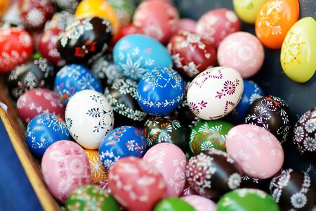 VILNIUS, LITHUANIA - MARCH 4, 2019: Colorful handmade wooden Easter eggs sold in annual traditional crafts fair in Vilnius, Lithuania Фото со стока - 137814205