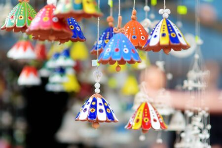 Bunte Keramikglocken und andere Dekorationen, die auf dem Ostermarkt in Vilnius verkauft werden. Die jährliche traditionelle Handwerksmesse der litauischen Hauptstadt findet jedes Jahr im März in den Straßen der Altstadt statt.