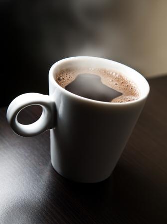 cappuccino: Tasse blanche avec caf� fumant Banque d'images