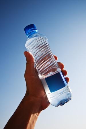 Wasserflasche in der Hand Lizenzfreie Bilder