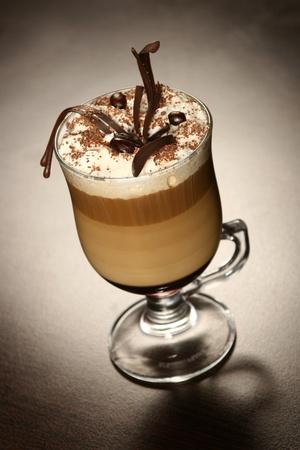 laat koffie met chocolade en koffiebonen