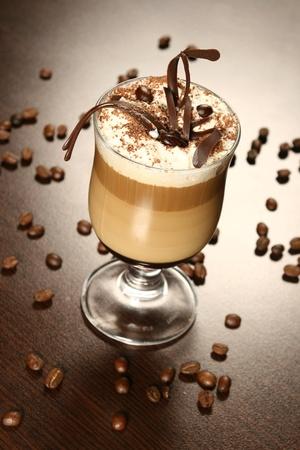 grains of coffee: caf� tarde con granos de chocolate y caf� Foto de archivo