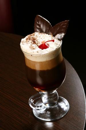 koffie cappuccino met kersen en chocolade chips