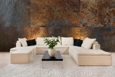 Modernes Interieur mit kostenlosem Platz an der Wand Editorial