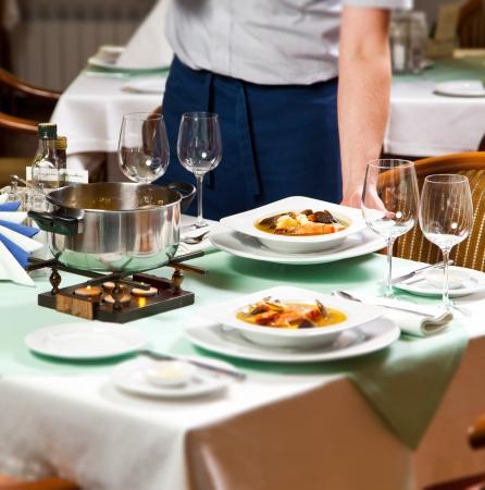 Herr Ober, die Speisen anbieten