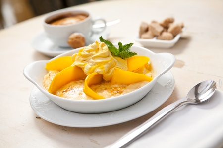 breakfast bowl: Semolina porridge with mango and whipped cream