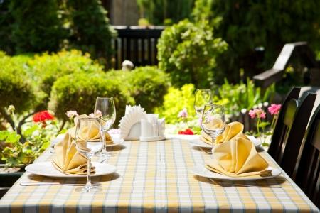 tavolo da pranzo: Outdoor ristorante tavolo da pranzo. Luogo impostazione
