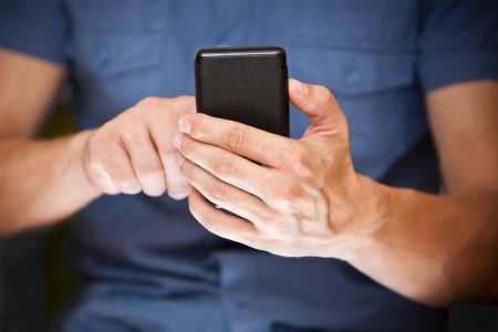 texting: Close up van een man met behulp van mobiele smart phone Stockfoto