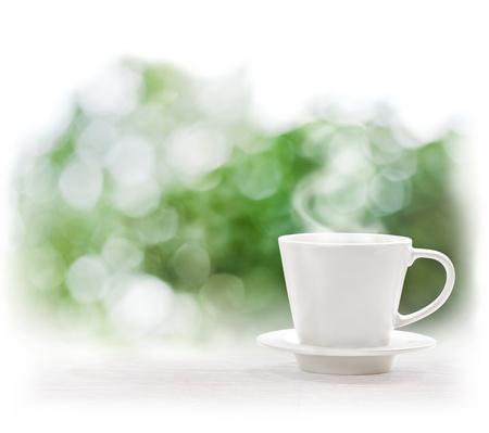 x�cara de ch�: Copo da bebida quente sobre desfocagem de fundo ver�o Banco de Imagens