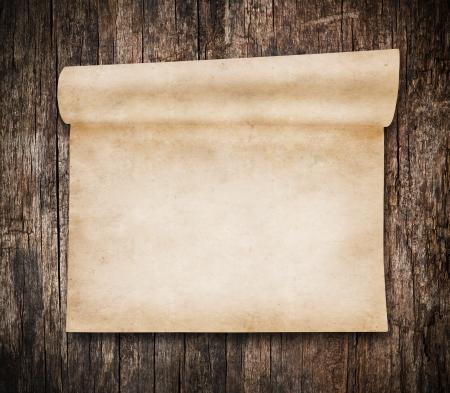 Aged Scroll Papier, altes Holz auf Hintergrund Lizenzfreie Bilder