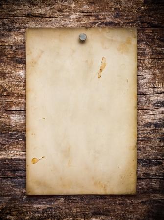 Altes Papier auf dem Holz Hintergrund Lizenzfreie Bilder