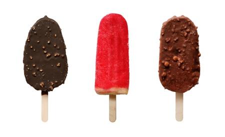 ice cream on stick: Conjunto de diversos productos de chocolate y helado de fruta de postre en madera, aislado en blanco