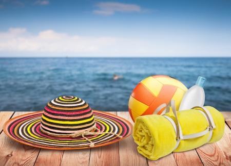 Holztisch mit Strand Artikel, verwischen Meer im Hintergrund, Template-Design