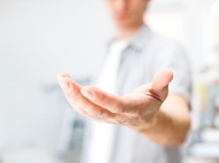 manos abiertas: Hombre que sostiene algo en su mano Foto de archivo
