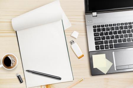 Workplace, Laptop und Notizblock auf Holztisch