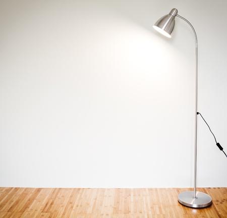 Sitio vacío con la lámpara de pie moderna