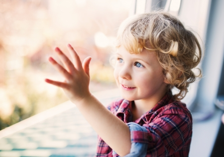 bambini pensierosi: Felice Cute ragazza seduta da sola vicino