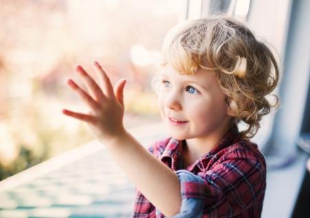 niños felices: Feliz chica linda que se sienta solo cerca