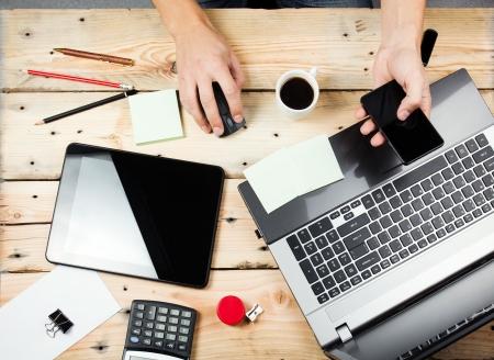 Workplace, Mann arbeitet auf dem Laptop Lizenzfreie Bilder