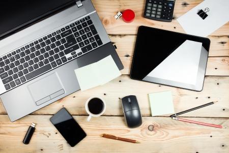 木製のテーブル上の職場、ラップトップおよびタブレットの pc