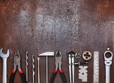 herramientas de mecánica: Metal herramientas de taller en el fondo de metal viejo Foto de archivo