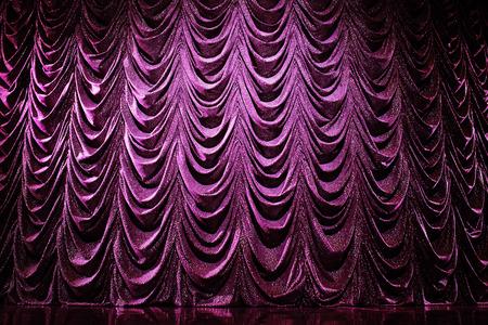 Hell erleuchtete Vorhänge im Theater