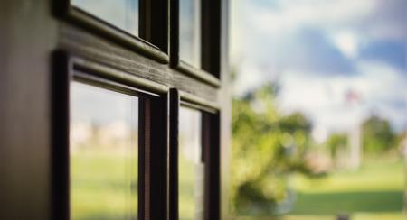 balcony door: Foto de primer plano de la puerta del balc�n, verano al aire libre