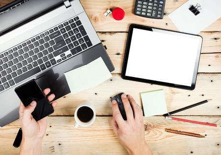 Arbeitsplatz, Mann arbeitet auf dem Laptop