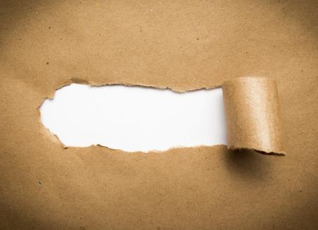 Gescheurd bruin papier met lege witte ruimte.