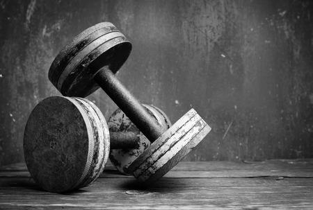 levantando pesas: Viejas pesas de gimnasia, bw foto