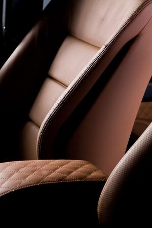 asiento coche: Cerrar asiento de coche del cuero encima de la foto Foto de archivo