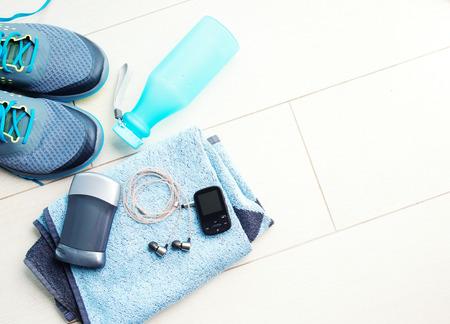 健身: 一雙運動鞋和健身配件。健身理念
