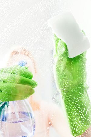 Reinigen ruit met afwasmiddel, schoonmaken begrip