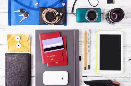 tarjeta de credito: Diferentes objetos para viajar en el fondo de madera