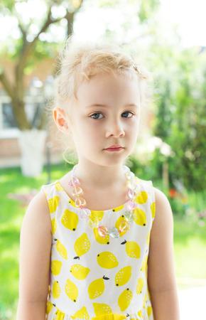 mignonne petite fille: Portrait d'une petite fille mignonne dans journée d'été ensoleillée