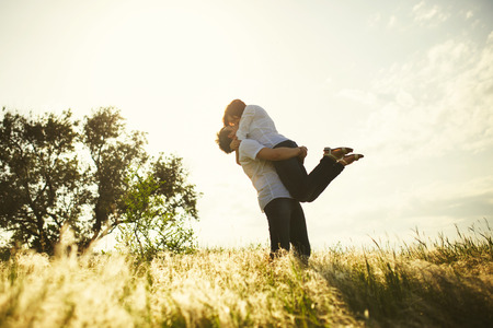 Romantic couple kissing, summer outdoor Standard-Bild