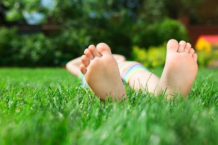 pies bonitos: Pequeños pies en la hierba, cierre encima de la foto