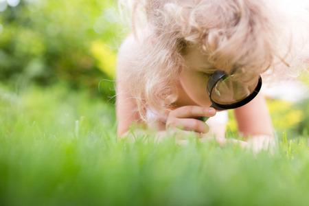 少女虫眼鏡で自然を探索 写真素材