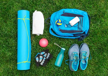 Verschiedene Werkzeuge und Zubehör für den Sport. Fitness-Konzept Standard-Bild - 44001617