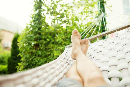 hamaca: Hombre en una hamaca en un día de verano, cerca de la foto