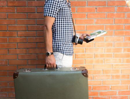 valise voyage: Tourisme, marchant dans la rue, portant valise et une carte. Concept de Voyage Banque d'images
