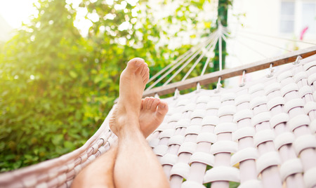 piernas hombre: Hombre en una hamaca en un d�a de verano, cerca de la foto