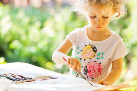 dessin enfants: Portrait de petite peinture de fille, en plein air d'�t�