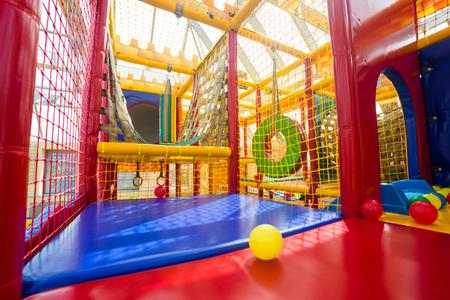 niños en area de juegos: Zona infantil de juegos para los niños Foto de archivo