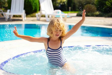 petite fille maillot de bain: Bonne petite fille dans la piscine Banque d'images