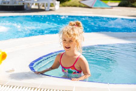 traje de bano: Niña feliz en la piscina